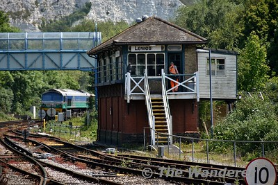 A staff member enters Lewes Signalbox as 59001 approaches. Wed 23.05.18