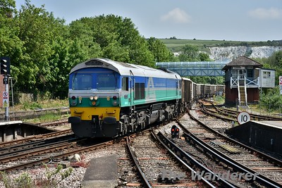 59001 rolls through Lewes with the 1211 Newhaven - Acton aggregate train. The locomotive that started the GM revolution in the UK way back in 1986 and put the British built products to shame. Wed 23.05.18