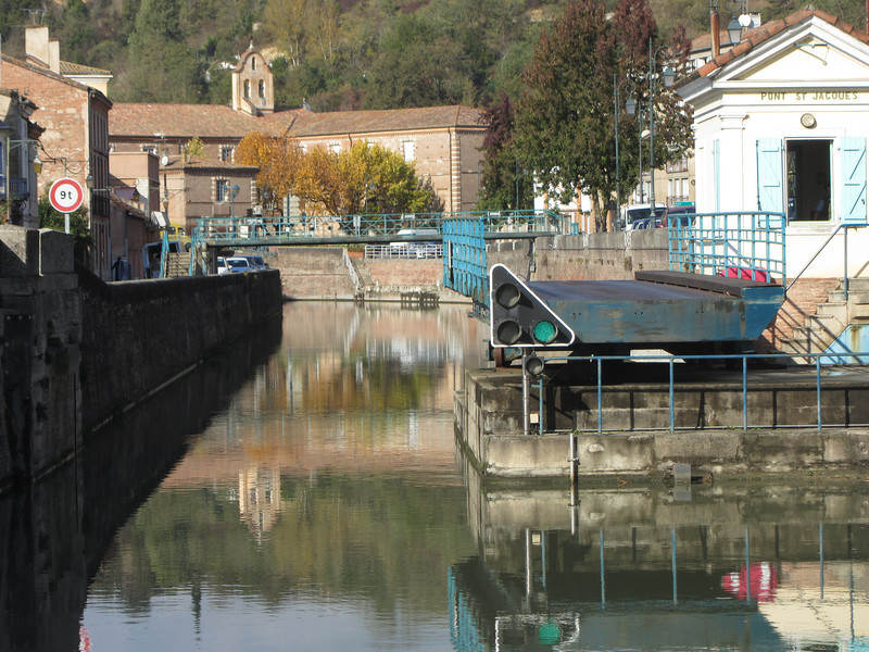 Swinging bridge in Moissac.  The lights communicate same information as the lock lights.  We let the port master know we were leaving and he called the bridge operator to advise him of our departure and need to open the bridge.