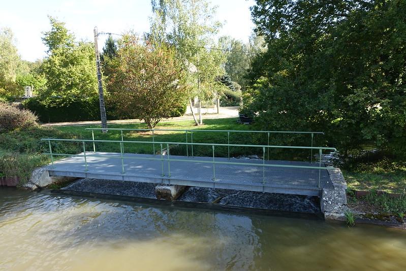 Sluice before a downstream lock