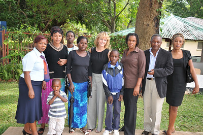 ZAMBIA 2012 026 Laurie with families.