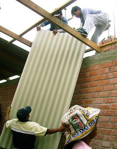 10 11 Marcos techando su casa.  zcr