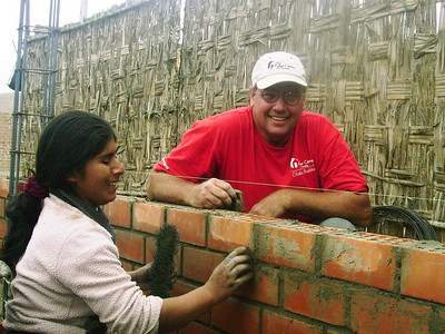 10 11  Sophia construyendo su casa con ayuda de voluntarios junto a una de sus hijas.  zcr