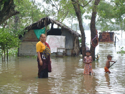 Family in Polonnaruwa. Over 800,000 people have been displaced, houses totally destroyed and many deaths.  ranjan