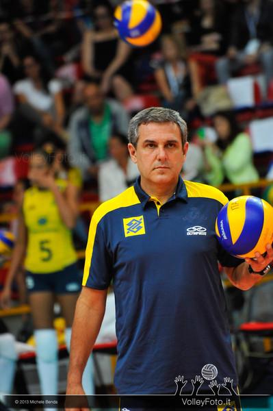 Zé Roberto, allenatore del Brasile con la palla durante la fase di preparazione al match Italia Brasile - Alassio Cup Italia-Brasile, Alassio Cup