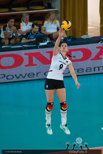 Corina Ssuschke-Voigt [GER] serve