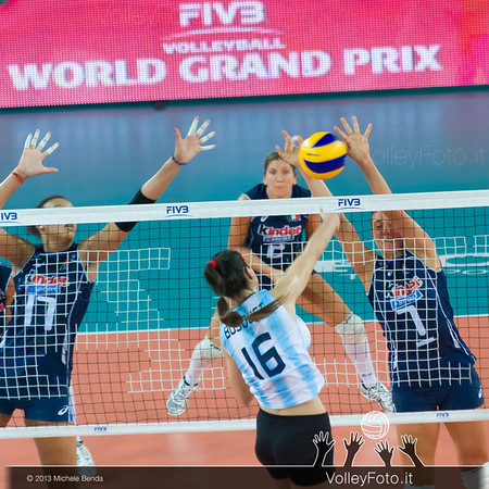 Florencia Natasha Busquets [ARG] attacks against Martina Guiggi [ITA] block