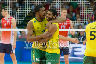 Ricardo Lucarelli Santos De Souza, Wallace De Souza, hug