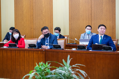 """2021 оны хоёрдугаар сарын 23. Оюу толгой төслийн гадны хөрөнгө оруулагч талтай хэлэлцээ хийх, төслийг тохирох, эцэслэсэн хувилбарыг Засгийн газрын хуралдаанд танилцуулах үүрэг бүхий Ажлын хэсэг Төрийн ордонд хуралдлаа. Хуралд Монгол Улсын Ерөнхий сайд Л.Оюун-Эрдэнэ оролцож цаашид анхаарах асуудлын талаар байр сууриа илэрхийлэв. Ажлын хэсэг ирэх сарын дундуур хэлэлцээтэй  холбоотой асуудлыг Засгийн газрын хуралдаанд танилцуулахаар төлөвлөж байна. """"Оюу толгой ордын ашиглалтад Монгол Улсын эрх ашгийг хангуулах тухай"""" УИХ-ын 2019 оны 11 дүгээр сарын 21-ний өдрийн 92 дугаар тогтоолыг хэрэгжүүлэх ажлыг удирдан зохион байгуулах, Оюу толгой төслийн гадны хөрөнгө оруулагч талтай хэлэлцээ хийх, төслийг тохирох, эцэслэсэн хувилбарыг Засгийн газрын хуралдаанд танилцуулах үүрэгтэй Ажлын хэсгийг Хууль зүй, дотоод хэргийн сайд Х.Нямбаатараар ахлуулан Монгол Улсын Ерөнхийлөгчийн Тамгын газрын дарга, УИХ-ын нэр бүхий гишүүд, холбогдох сайд, албан тушаалтнуудын бүрэлдэхүүнтэй байгуулсан юм гэж Засгийн газрын Хэвлэл мэдээлэлтэй харилцах газраас мэдээллээ.ГЭРЭЛ ЗУРГИЙГ Б.БЯМБА-ОЧИР/MPA"""