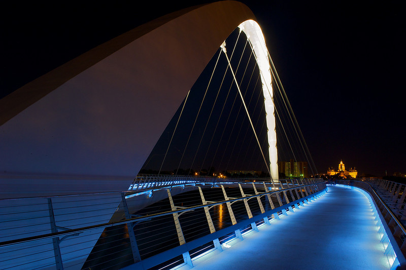 New Des Moines walking bridge and state capital