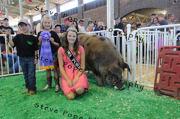 Holly Cook, 18, of Winthrop, 2016 Iowa Pork Princess poses with the Grand Champion Big Boar, Fred, at the Iowa State Fair on Aug. 11. (Steve Pope Photography/ Iowa State Fair)
