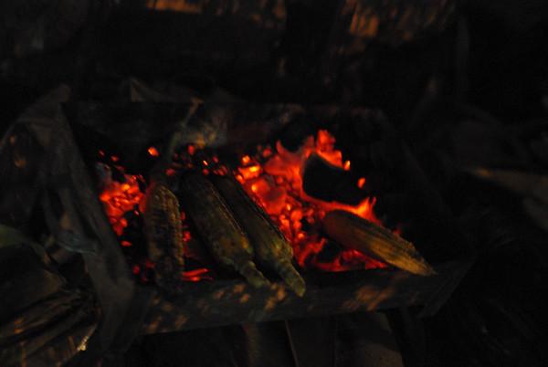 Pieczone kukurydze - macza się je potem w pepcjalnym, słonym i wodnistym sosie - dobre, ale wolę wersję z masełkiem