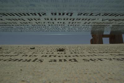 Opisy eksponatów byly na podniesionej szybie (bedzie widac pozniej) i mozna bylo czytac tekst albo jego cien