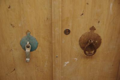 Kiedys na drzwiach były dwie kołatki, jedna dla pań druga dla panów - tak żeby goście w domu mogli sie przygotować