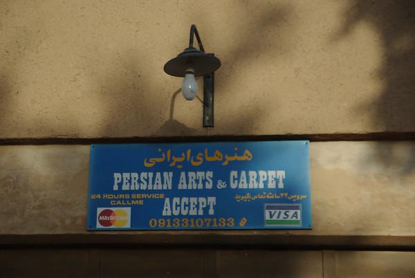 Pierwsze i narazie jedyne miejsce gdzie można uzywać normalnych kart w Iranie.  Był to sklep należacy do Zaratusztrian i chyba lączyli sie telefonicznie z bankami w stanach :)