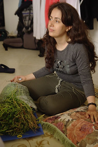 Maryam przygotowuje sie do pokrojenia zieleninki