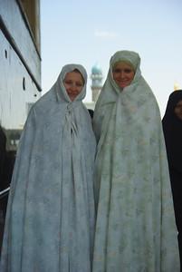 Marta i Julica w <<ślubnych>> czadorach - lokalsi myśleli że obie są pannami młodymi