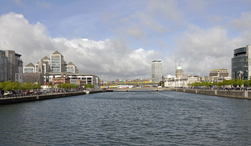 River Liffey, Dublin, 8 May 2009 2: Looking west towards O'Connell bridge and the Customs House.