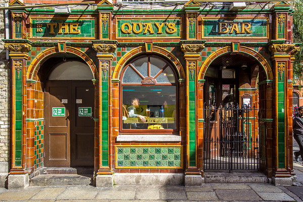 Essex St and Fownes St - Temple Bar area - Quays Bar and Restaurant - Dublin Ireland - Side view