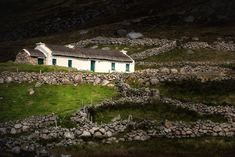 Cottage  and walls, Cnoc fola