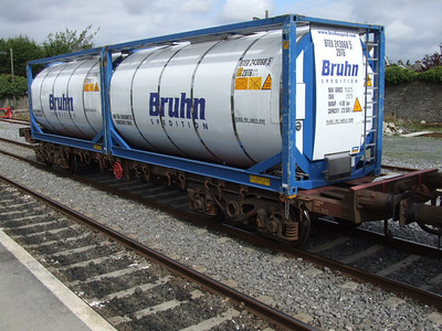 Bruhn Tanks on Bogie Flat 30269 at Carlow on 14.11.08 en-route to Waterford.