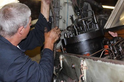 Bob removing Cylinder Head No.4 on 27.08.16.