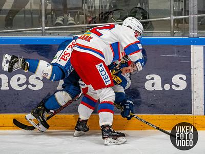 Spartas spiller Martin Andre Ellingsen sendes i isen av Vålerengas spiller Martin Røymarki kampen mellom Sparta og Vålerenga.   Foto: Thomas Andersen