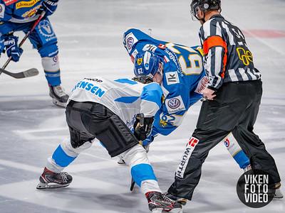 Historisk dropp mellom Spartas spiller Martin Grönberg og Narviks spiller Tom André Christensen da det første laget fra Nord Norge besøker Sparta Amfi. Foto: Thomas Andersen