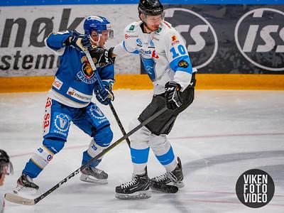 Spartas spiller Robin Karlsson og Narviks spiller Kalvis Ozols i kampen mellom Sparta og Narvik. Foto: Thomas Andersen