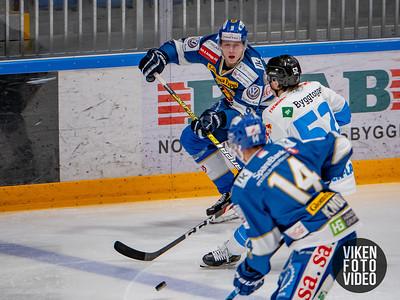 Spartas spiller Emil Lilleberg og Narviks spiller Svein Petter Falk-Larssen i kampen mellom Sparta og Narvik. Foto: Thomas Andersen