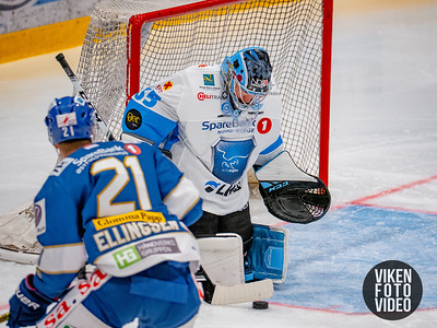 Narviks målvakt Joona Samuli Partanen redder pucken fra Spartas spiller Martin Andre Ellingsen i kampen mellom Sparta og Narvik. Foto: Thomas Andersen