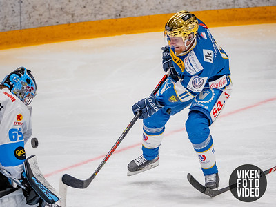 Spartas spiller Hans Kristian Jakobsson prøver seg på Narviks målvakt Joona Samuli Partanen i kampen mellom Sparta og Narvik. Foto: Thomas Andersen