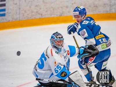 Spartas spiller Trym Østby prøver å overliste Narviks målvakt Joona Samuli Partanen i kampen mellom Sparta og Narvik. Foto: Thomas Andersen