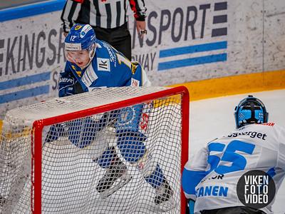 Spartas spiller Victor Öhman og Narviks målvakt Joona Samuli Partanen i kampen mellom Sparta og Narvik. Foto: Thomas Andersen