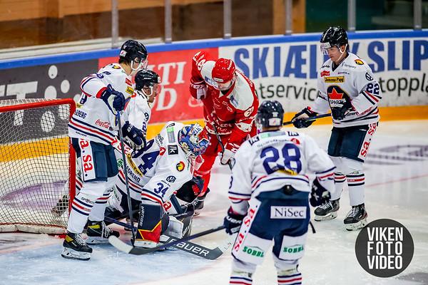 Spartas målvakt Jens Kristian Lillegrend  redder pucken fra Stjernens spiller Daniel Trnavsky i kampen mellom Stjernen og Sparta. Foto: Thomas Andersen