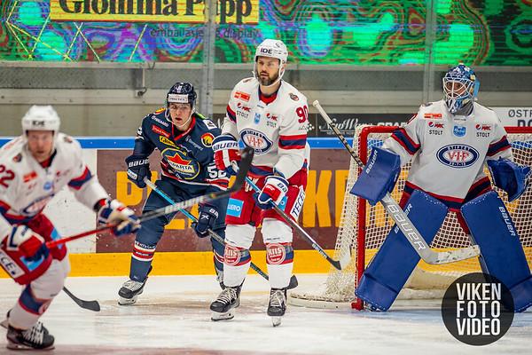Spartas spiller Svein Petter Falk-Larsen lurer foran Vålerengas målvakt Steffen Søberg i kampen mellom Sparta og Vålerenga. Foto: Thomas Andersen