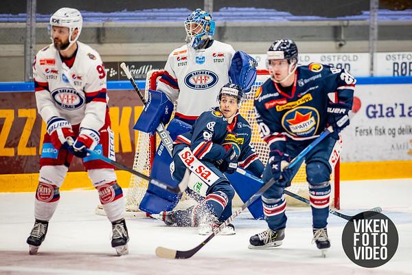 Spartas spiller Samuel Salonen  foran Vålerengas målvakt Steffen Søberg i kampen mellom Sparta og Vålerenga. Foto: Thomas Andersen