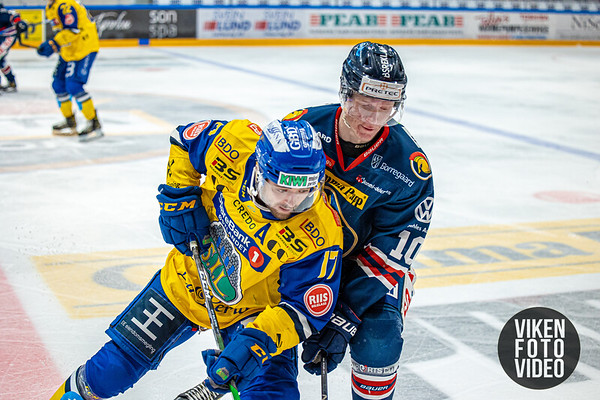 Spartas spiller Trym Østby og Storhamars spiller Eirik Østrem Salsten i kampen mellom Sparta og Storhamar. Foto: Thomas Andersen