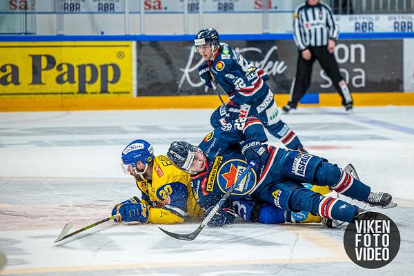 Spartas spiller Sander Thoresen sendes i isen av Storhamars spiller Robin Dahlstrøm i kampen mellom Sparta og Storhamar. Foto: Thomas Andersen