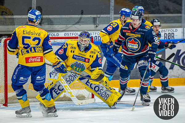 Storhamars målvakt Viktor Kokman og Spartas spiller Magnus Nilsen i kampen mellom Sparta og Storhamar. Foto: Thomas Andersen