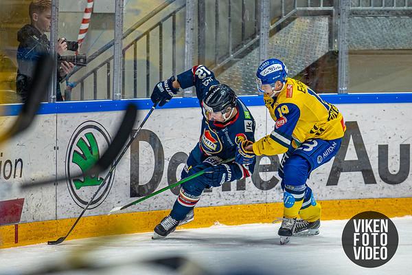 Spartas spiller Victor Öhman og Storhamars spiller Simen André Edvardsen i kampen mellom Sparta og Storhamar. Foto: Thomas Andersen