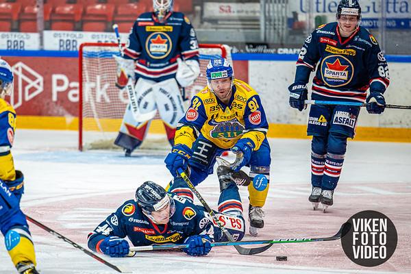 Storhamars spiller Mikael Zettergren sender Spartas spiller Santeri Saari i isen i kampen mellom Sparta og Storhamar. Foto: Thomas Andersen