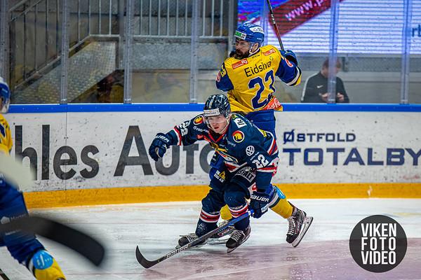 Spartas spiller Sander Thoresen og Storhamars spiller Christian  Larrivèe i kampen mellom Sparta og Storhamar. Foto: Thomas Andersen