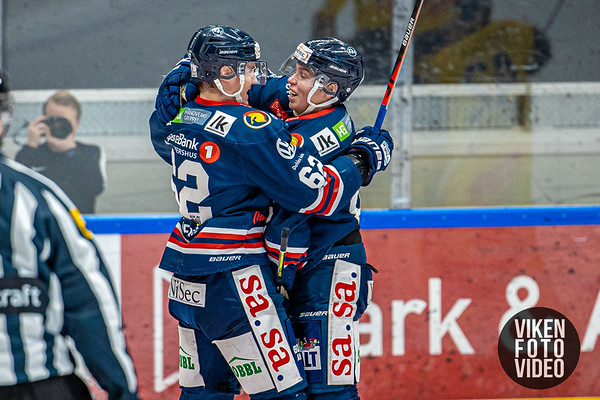 Spartas spiller Victor Öhman gratuleres av Spartas spiller Martin Grönberg etter 1-0 i kampen mellom Sparta og Storhamar. Foto: Thomas Andersen