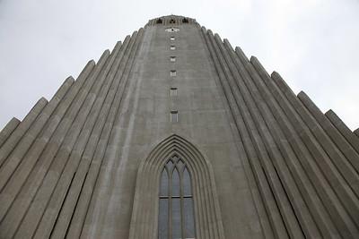 Wieża Hallgrimskirkja górująca nad miastem