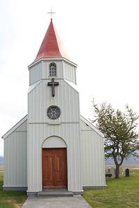 Drewniany kościół obok torfowej wioski