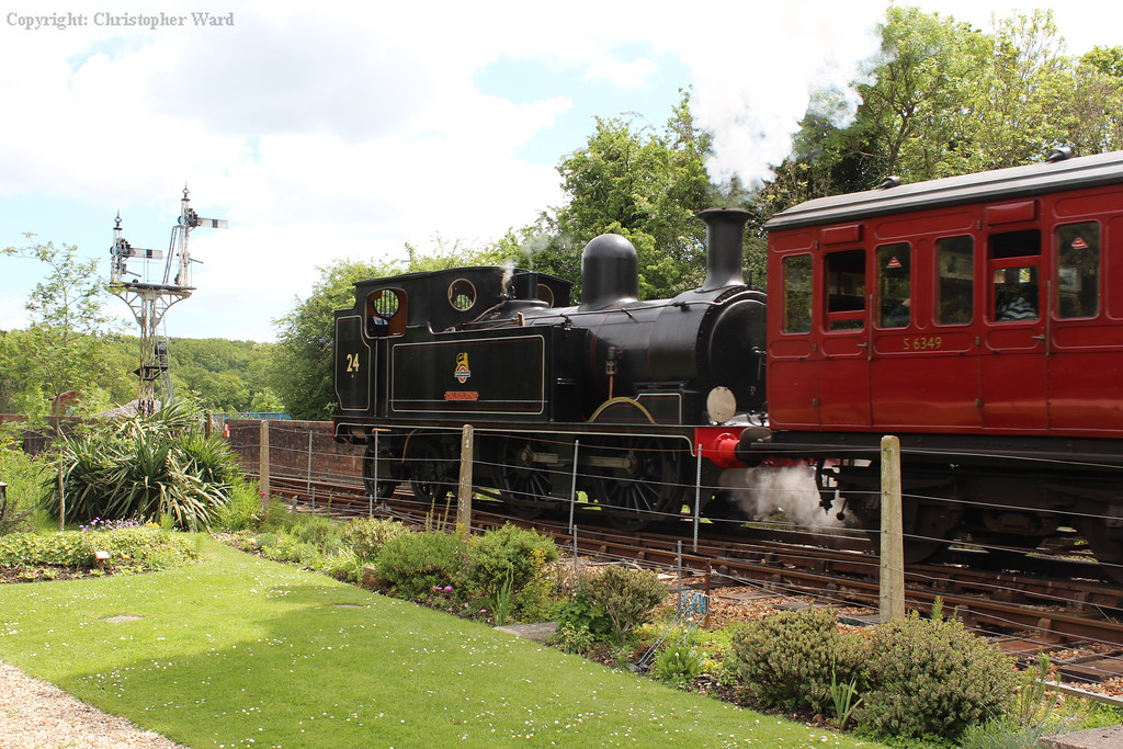 Calbourne pulls away and heads for Smallbrook Junction