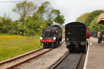 41298 runs round the bogie coaches at Smallbrook