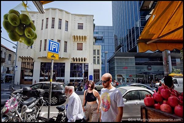 ISRAEL. TEL AVIV BAUHAUS. L'architecture moderniste  et les gratte-ciel modernes se juxtaposent comme ici dans le quartier Lev Hair