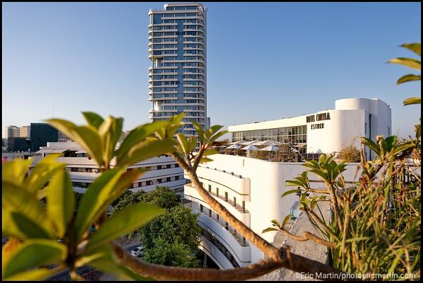 ISRAEL. TEL AVIV BAUHAUS. Les façades blanches et circulaires du square Zina Dizengoff. Ici la facade de l'Hotel Cinema